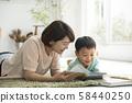 与父母和孩子一起阅读客厅 58440250