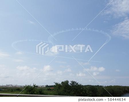 하늘에 그려진 하트 마크 58444634