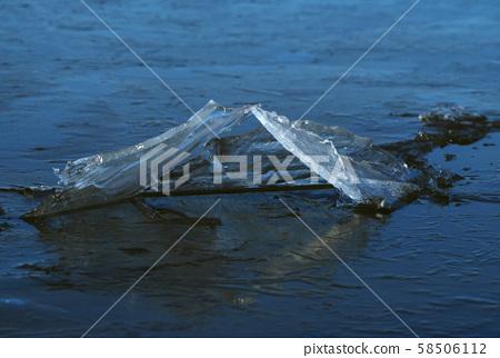 湖上的冰上升 58506112
