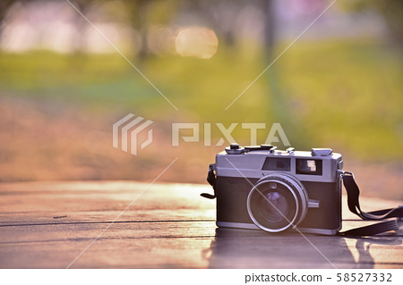 필름카메라가 있는 가을분위기의 풍경 58527332