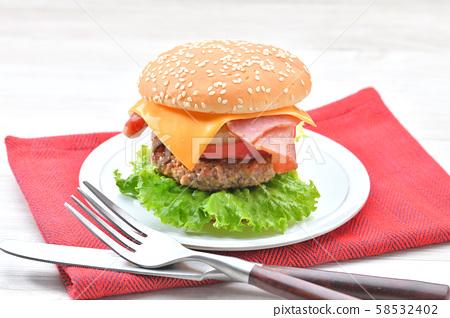 """自製的""""培根奶酪生菜漢堡包""""。 58532402"""
