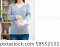 冷卻手腕的女人 58552133