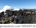 富士山在波濤洶湧的大海中 58560516
