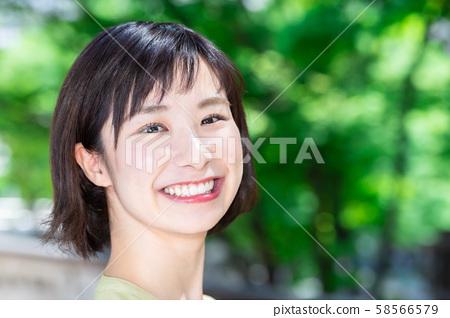 Businesswoman outdoors 58566579