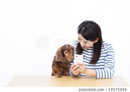 30多歲的女性和微型臘腸犬 58575898