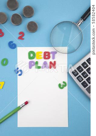債務計劃,硬幣和計算器 58582404