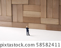 殘疾牆壁的商人由木頭製成 58582411