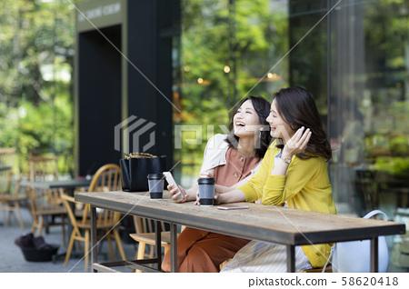 젊은 여성 카페 58620418