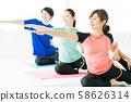โยคะออกกำลังกายกีฬายิมผู้หญิงออกกำลังกาย 58626314