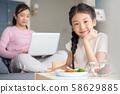 มื้ออาหารของผู้ปกครองและเด็ก 58629885