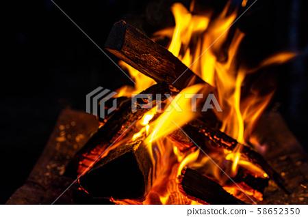 캠프 소재 모닥불 대 연소 불꽃 58652350