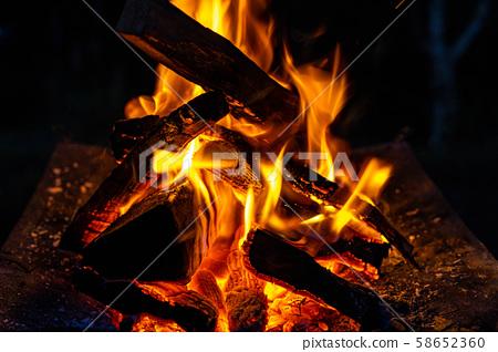 露營材料篝火熊熊燃燒的烈火 58652360