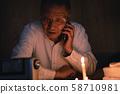 老人在一個停電的房間里花一個人 58710981