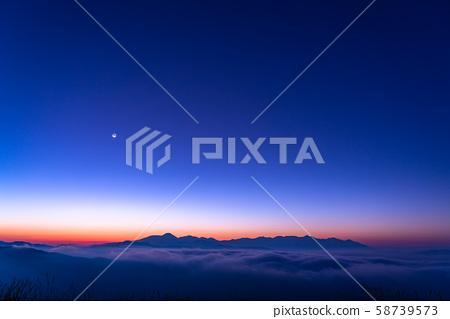 <長野縣>俯瞰雲海和新月的高博奇高原和藍色時刻 58739573