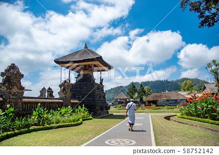 인도네시아 발리 뿌옇게 · 다누 · 부라탄 사원의 경내 58752142