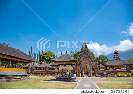 인도네시아 발리 뿌옇게 · 다누 · 부라탄 사원의 경내 58752143