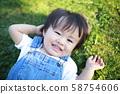 เด็กชาย (ล้มตัวลงนอนกับวิถีชีวิตของเด็ก ๆ ในชีวิตประจำวันสำเนารูปถ่ายชาวญี่ปุ่นอายุ 1 ปี 2 ปี) 58754606