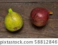 ผลไม้มะเดื่อบนโต๊ะไม้ 58812846