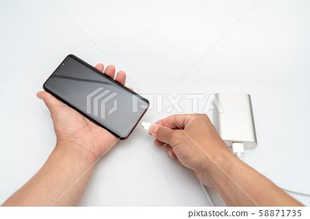 為手機和備用電池充電 58871735