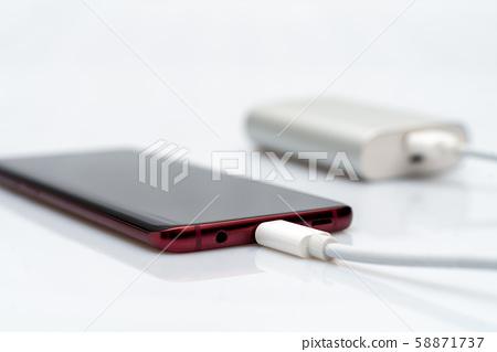 為手機和備用電池充電 58871737