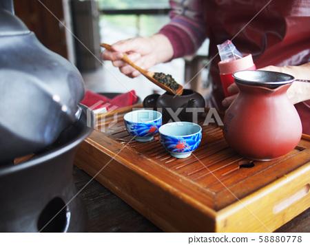 台灣九份茶壺和茶具以及放入茶壺中的茶葉 58880778