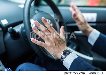 운전하는 사업가 58889521