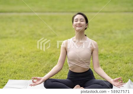 瑜伽在草坪公園的放鬆感覺(輕鬆姿勢)基本坐姿緩解壓力放鬆 58927571
