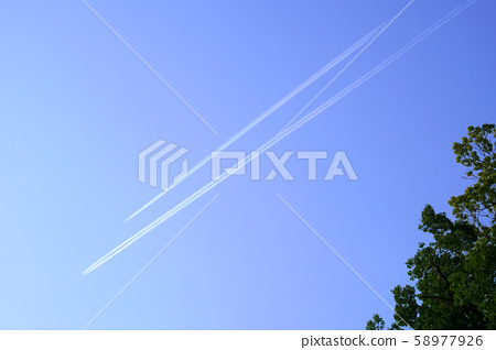 Two contrails in the early spring sky (3: 2) 58977926