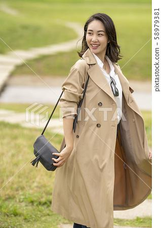 트렌치 코트를 입은 멋진 여성 58979381