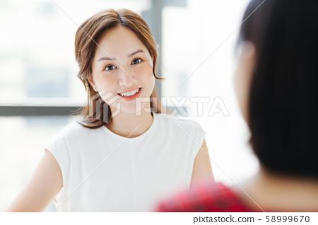 여성 비즈니스 토론 면담 대화 58999670