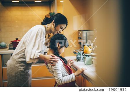 부모와 자식 소녀 도와 59004952