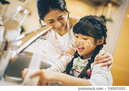 부모와 자식 소녀 도와 59005085