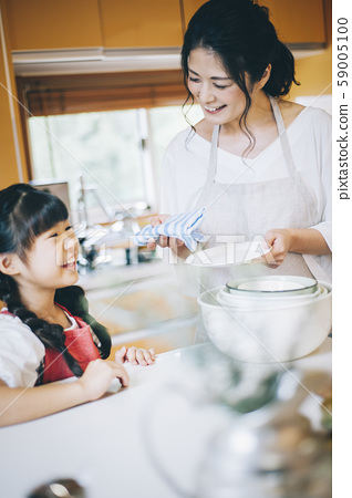 부모와 자식 소녀 도와 59005100