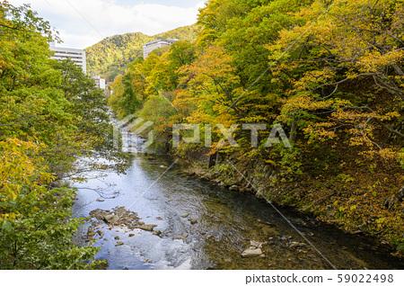 從定山溪二見吊橋在秋天的景色 59022498