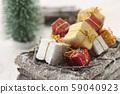 ของขวัญคริสต์มาสและเกวียนไม้ 59040923