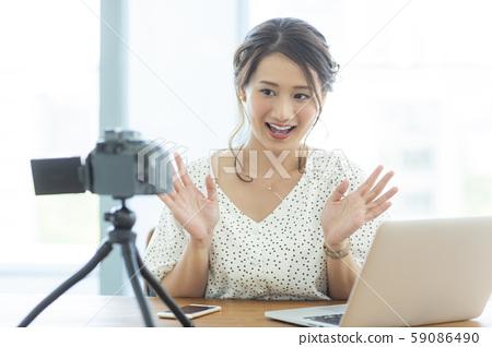 젊은 여성 비디오 촬영 59086490