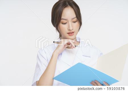 여성 간병인 59103876