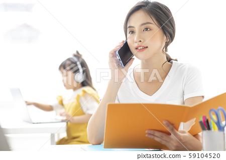 부모와 자식 라이프 스타일 재택 근무 59104520