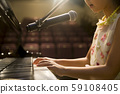 การบรรยายการเล่นเปียโนที่มือ 59108405