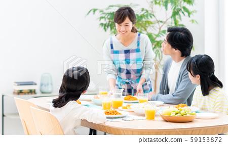 年輕的家庭在飯廳就餐 59153872