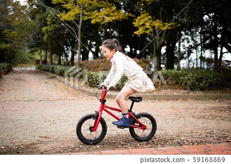 자전거를 타는 여자 59168869