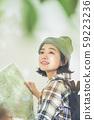 ผู้หญิงเดินป่ากลางแจ้ง 59223236