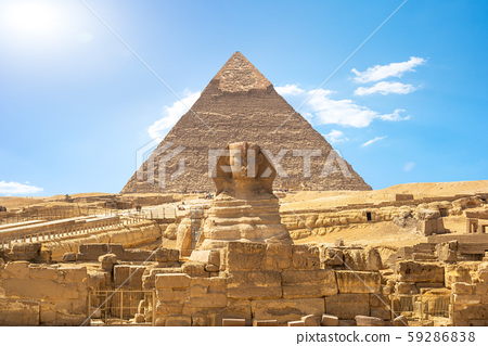 Sphinx and pyramid 59286838