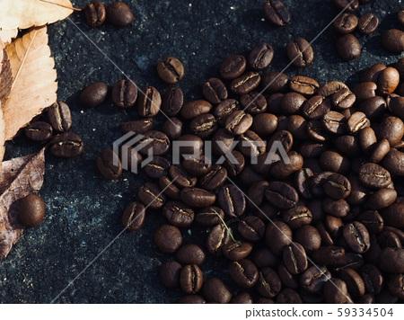 로스팅된 커피콩과 낙엽  59334504
