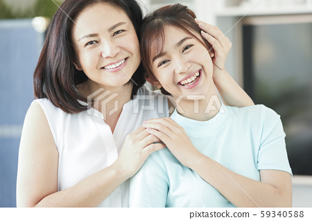 家庭生活方式的母親和女兒 59340588