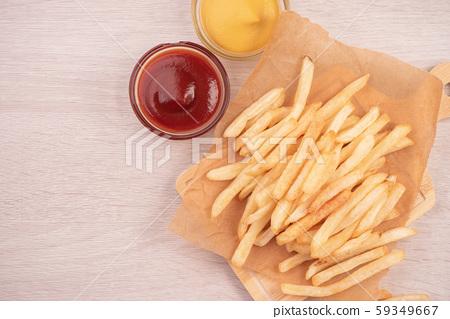 薯條砧板木頭背景茄醬黃芥趥膬法式炸薯條炸土豆 59349667