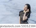 像美人魚一樣美麗的女人的生活方式,她在沖繩石垣島的海邊沙灘上撿貝殼,聆聽海浪的聲音 59352384