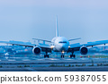 เครื่องบินเจ็ทกำลังขึ้นและลงจอดที่สนามบินฟุกุโอกะตอนพลบค่ำ [จังหวัดฟุกุโอกะ] 59387055
