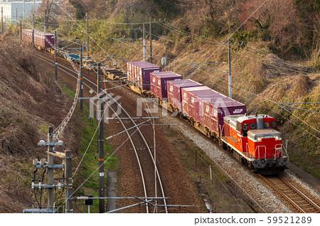 호쿠리쿠 본선을 달리는화물 열차 59521289
