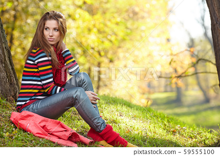 Young pretty woman  in the autumn park 59555100